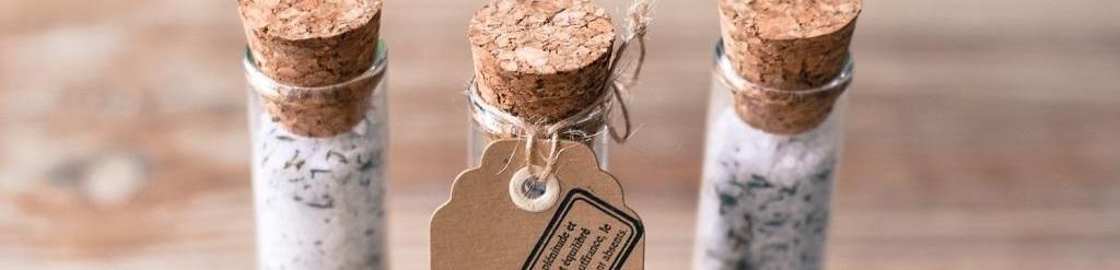 Mariage petit budget : DIY éprouvettes de sel au romarin pour vos invités