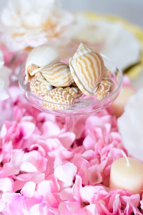 décoration table coquillages fleurs roses-min