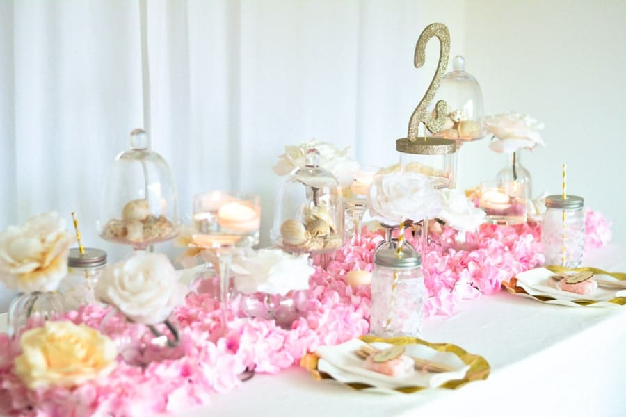 décoration table fille fleurs rose assiettes doré-min