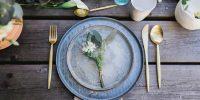 Une Déco de table champêtre chic en vert de gris et doré